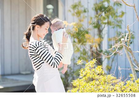 赤ちゃんと女性(屋外) 32655508