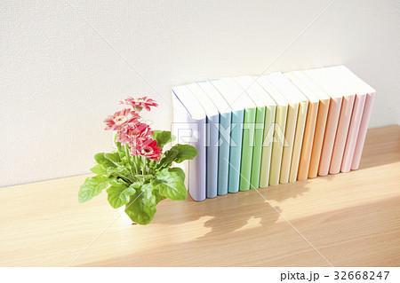 窓辺に置かれた本の写真素材 [32668247] - PIXTA