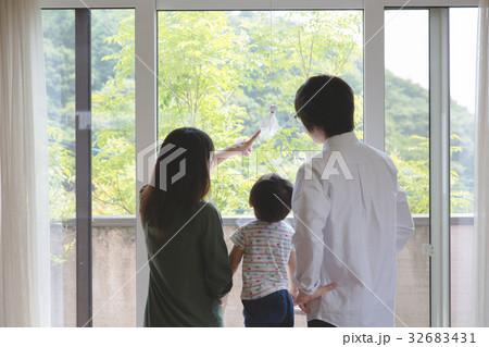窓の外を見る家族 32683431