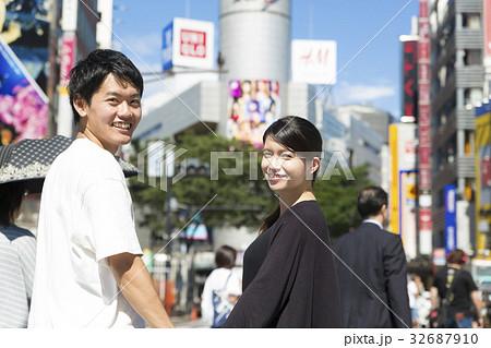 渋谷スクランブル交差点 カップル男女 振り向く 32687910