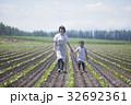 畑を歩く親子 32692361
