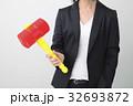 ビジネスシーン トンカチを持つ女性 32693872
