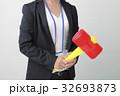 ビジネスシーン トンカチを持つ女性 32693873