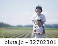畑で微笑む親子 32702301