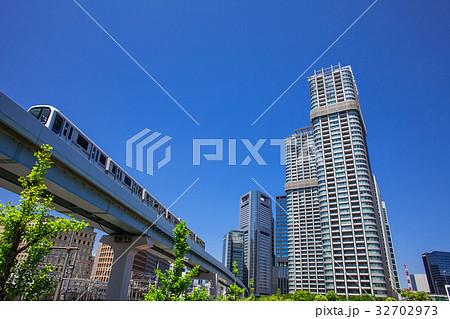 高層マンションと電車 32702973