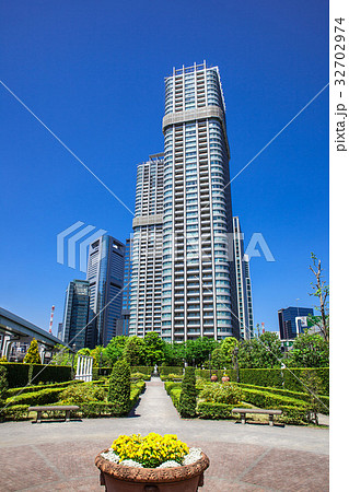 高層マンションと庭園 32702974