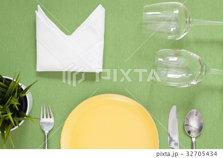 dinner place setting a yellow plate with silverの写真素材 [32705434] - PIXTA