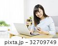 女性 スマホ パソコンの写真 32709749