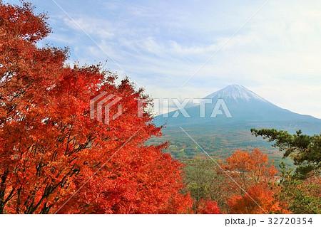 富士山と秋の紅葉 32720354