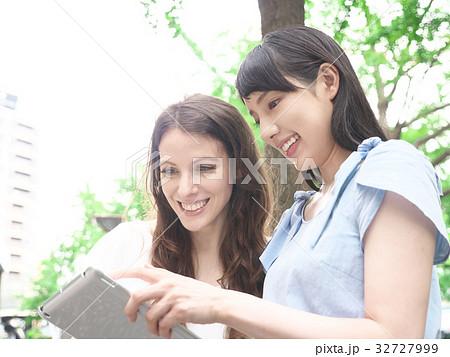 タブレットPCを見る女性(欧米人と日本人) 32727999