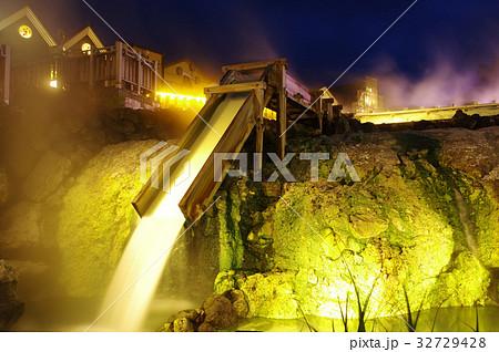 草津温泉の湯畑(夜景) 32729428