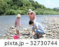 家族 川遊び 河原の写真 32730744
