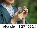 浴衣 日本酒 縁側 ミドル 女性 イメージ 32740928