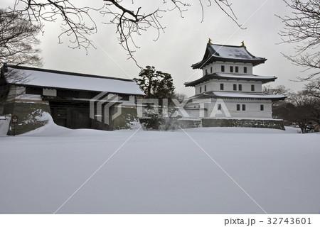 厳冬の松前・松前城天守閣と本丸御門 32743601