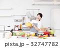 料理 女性 キッチンの写真 32747782