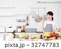 料理 女性 キッチンの写真 32747783