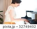ピアノを弾く女性 32749402