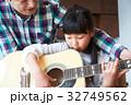 ギターを弾く親子 32749562