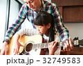 ギターを弾く親子 32749583