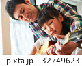 ギターを弾く親子 32749623
