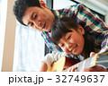 ギターを弾く親子 32749637
