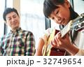 ギターを弾く親子 32749654