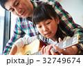ギターを弾く親子 32749674