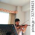 バイオリンを弾く女の子 32749825