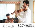 バイオリン レッスンを受ける女の子 32749831