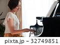 ピアノを弾く女性 32749851