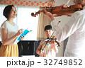 バイオリン レッスンを受ける親子 32749852