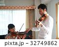 バイオリン レッスンを受ける女の子 32749862