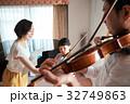 バイオリン レッスンを受ける親子 32749863