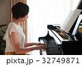 ピアノを弾く女性 32749871