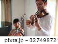バイオリン レッスンを受ける女の子 32749872