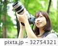 写真を撮る女性 32754321