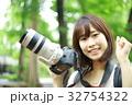 写真を撮る女性 32754322