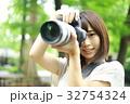 写真を撮る女性 32754324