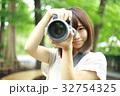 写真を撮る女性 32754325