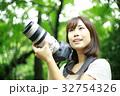 写真を撮る女性 32754326