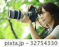 写真を撮る女性 32754330