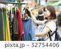 洋服を選ぶ女性 32754406