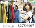 洋服を選ぶ女性 32754407