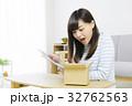女性 タブレット 通信販売の写真 32762563