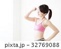 女性 ダイエット 腹筋 若い女性 白バック フィットネス スポーツ エクササイズ 32769088