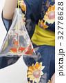 金魚を持つ浴衣ギャル 32778628