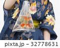 金魚を持つ浴衣ギャル 32778631