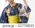 金魚を持つ浴衣ギャル 32778633