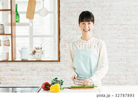 キッチン 女性 32787893