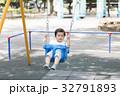 ブランコで遊ぶ男の子 32791893